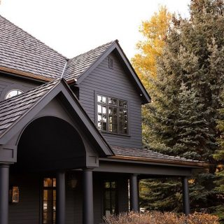This moody exterior is SO so good!! Do you prefer a light exterior, or a dark one? I think this one might've converted me to the dark side 😏