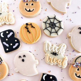 Hello October 👋🏻 • What's your favourite thing about fall? These adorable cookies from @smpliving sure make me want to do some fall baking!