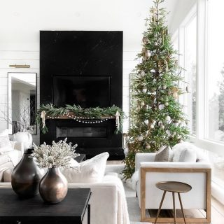 Is your tree set up yet?! We usually wait until the beginning of December but this year we felt a little early wouldn't hurt 🤷🏼♀️ Swooning over this gorgeous setup by @thehillarystyle