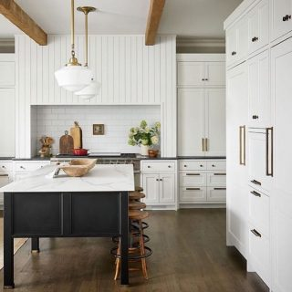 I would totally be ok starting every day in this swoon worthy tailored kitchen Loving the black & white contrast, natural wood details, and unique fixtures 🤩 Design by @redesignhomellc